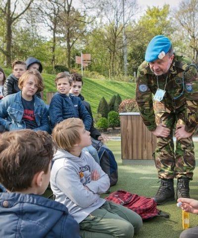 Maarten Prins in gesprek met kinderen in Madurodam Verhalendag